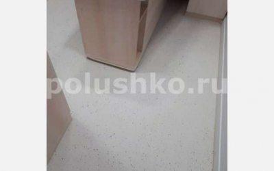 Полимерный эпоксидный наливной пол в комнате офиса