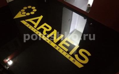 Чёрный наливной пол с логотипом компании Арнейс