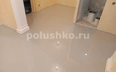 серый заливной пол в квартире