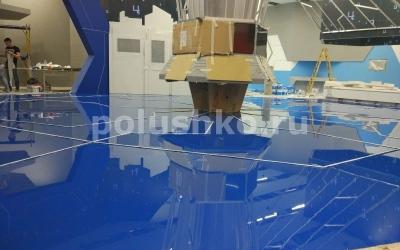 Синий наливной пол с подсветкой на выставочном стенде в павильоне Умный город ВДНХ
