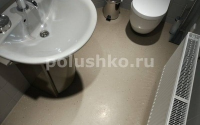 Наливной пол в туалете гаража частного дома