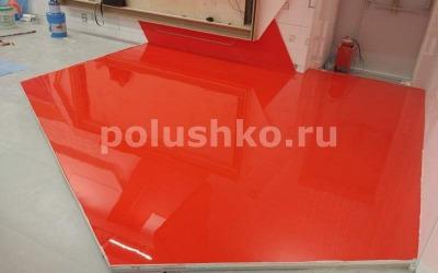 Красный наливной пол на выставочном стенде в павильоне ВДНХ