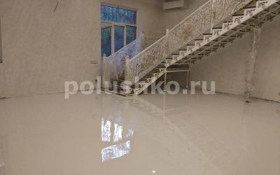 Белый наливной пол в доме