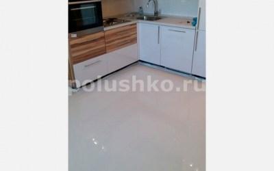 Белые наливные полы в кухне