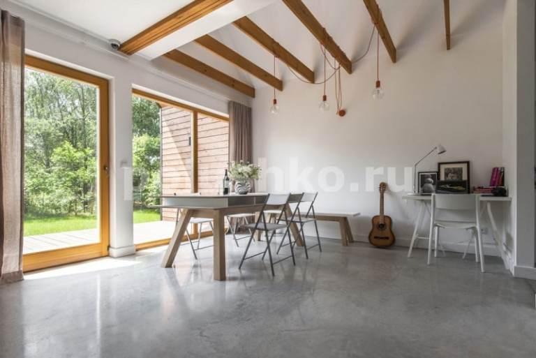 светлый бетонный пол лофт в доме