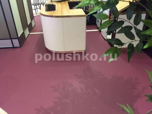 Вишнёвый матовый наливной пол в кафе