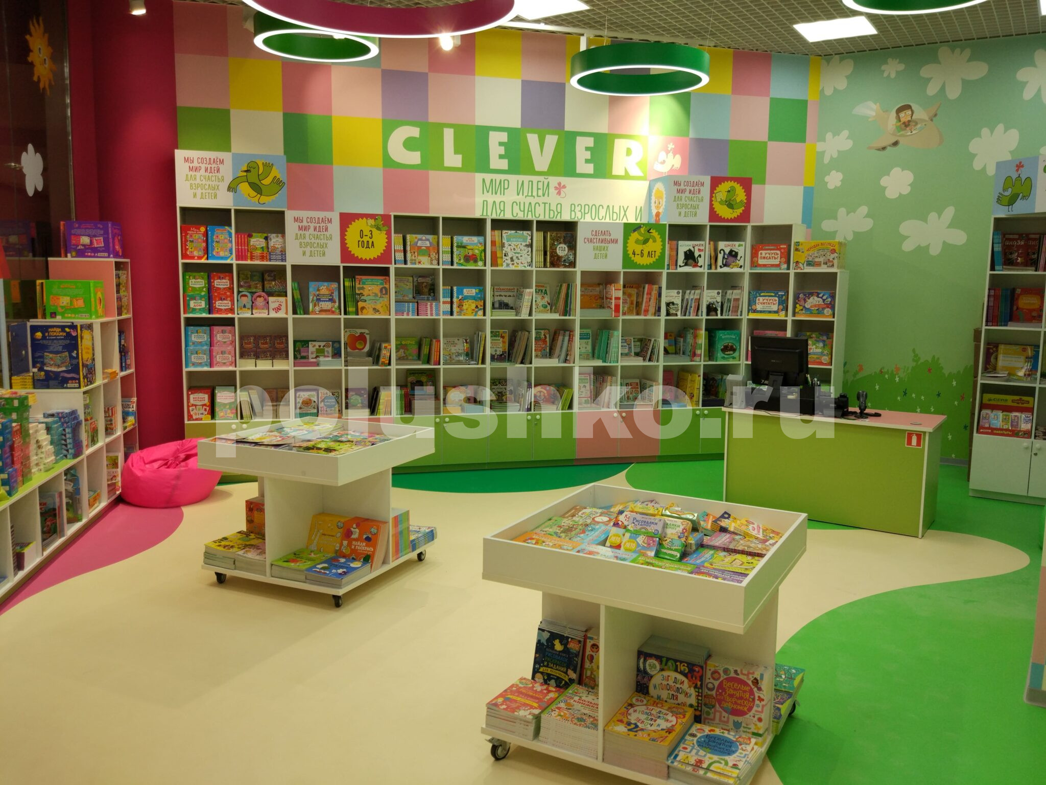 Декоративный наливной пол в книжном магазине