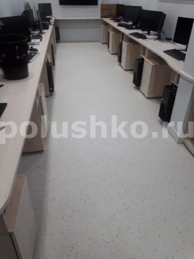 Декоративный эпоксидный наливной пол с чипсами в офисе