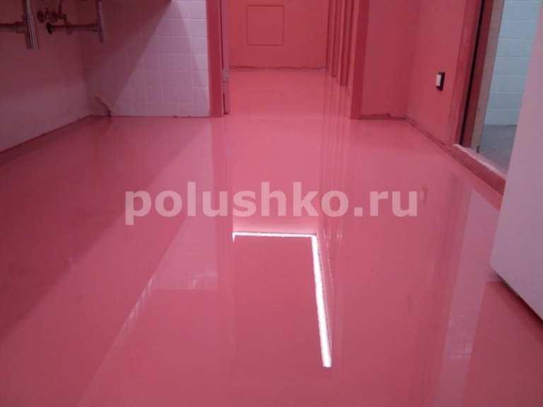 Розовый наливной пол в туалете в офисе