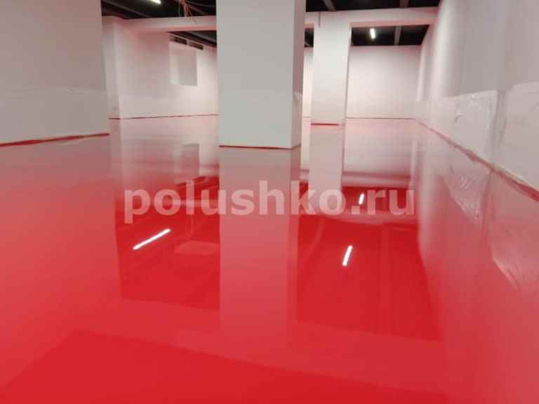красный наливной пол в тренажерном зале