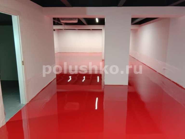 красный наливной пол в тренажерном залекрасный наливной пол в тренажерном зале